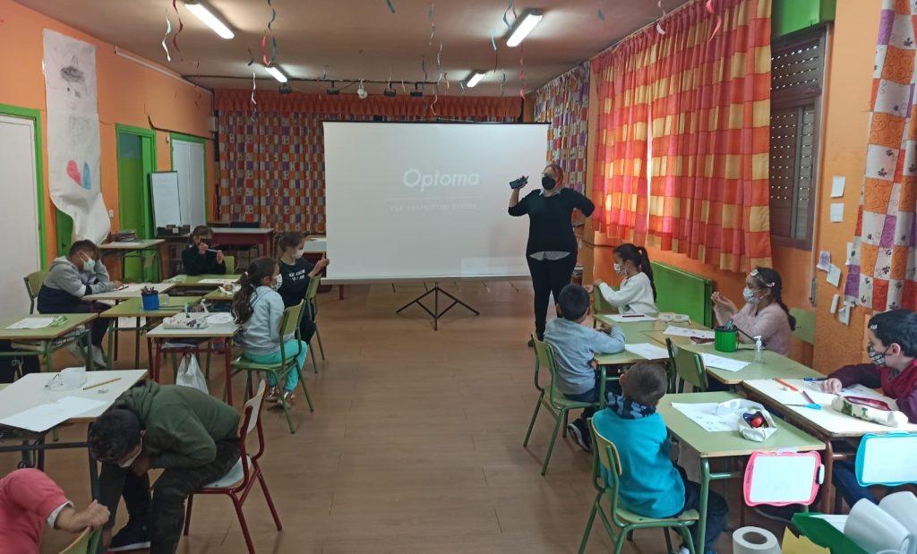 Trabajadora social Rosa frente a la clase de colegio ramón y cajal