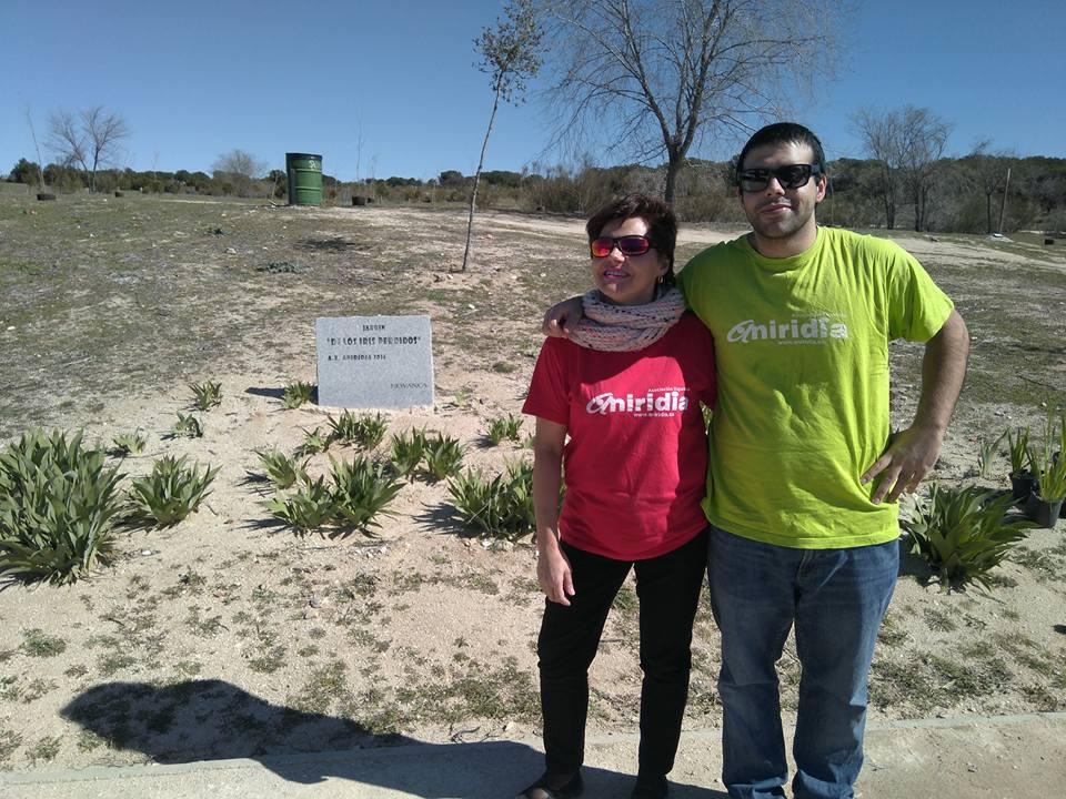 Yolanda (izquierda) junto a su hijo Alejandro en el jardín de los iris perdidos en 2018